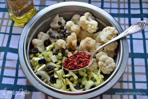 Соедините в миске цветную капусту, маслины, сельдерей. Добавьте каперсы (предварительно промойте, если они в соли), хлопья сладкой паприки, приправьте солью, красным перцем и заправьте оливковым маслом. Перемешайте.