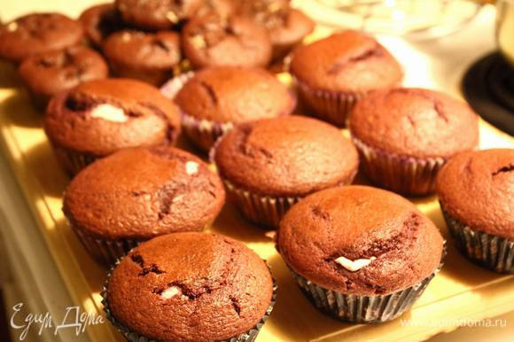 Кексы вышли из духовки и показали язычки.