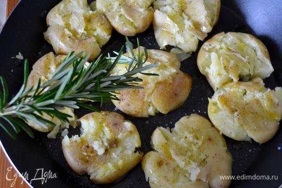 С помощью кисти смазать каждую картофелину оливковым маслом. Веточки свежего розмарина измельчить и присыпать ими картофель. Можно использовать и тимьян и другие ароматические травки...