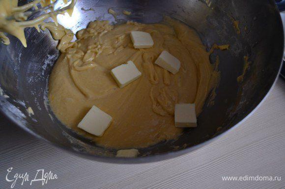 Продолжая вымешивать, добавить кубики холодного масла. Вымешивать минут 15.