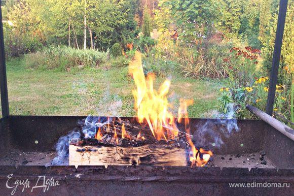 Жарьте ребрышки на хорошо прогретых углях, на смазанной маслом решетке. Периодически переворачивайте мясо, смазывая маринадом.