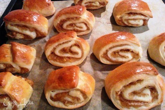Кисло-сладкое удовольствие готово! Одинаково вкусные они и горячие, и охлажденные! Можно посыпать сахарной пудрой.