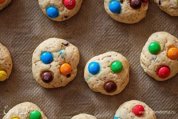 Печенья нужно класть на большом расстоянии друг от друга, потому что при выпечке они заметно увеличиваются в размерах. Ставим в нагретую духовку на 12-13 минут. Не больше! Печенье не должно начать поджариваться, оно остается белым. Некоторые конфетки могут треснуть — это нормально.