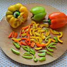 Перец помойте, удалите семена и нарежьте соломкой.