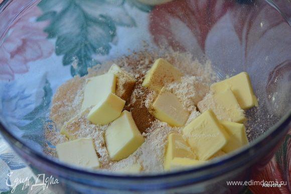 Приготовим тесто. Муку, сахар, разрыхлитель и соль смешать. Добавить холодное сливочное масло и порубить все вместе.