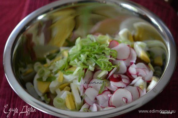 Добавить в салат тонко нарезанный редис, шнит лук или зеленый лук.