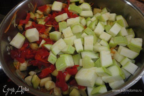 Баклажаны промыть, отжать и вместе с кабачком и перцем положить в сотейник к овощам. Готовить 5 минут.