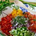 Добавить в салат измельченную петрушку, посолить и сбрызнуть немного лимонным соком.