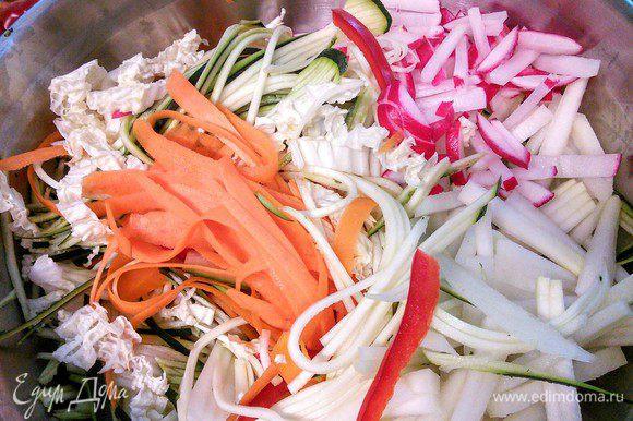 Овощи очистить, вымыть и обсушить бумажным полотенцем. Овощи нарезать соломкой, брусочками, полосочками и т. д.