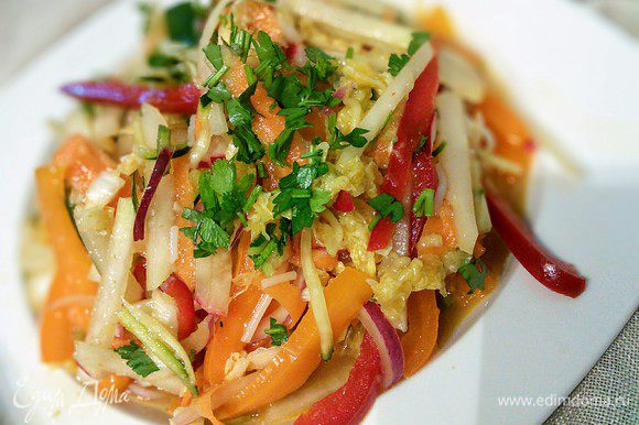 Почти готовый вьетнамский салат отправьте в холодильник, так как это блюдо принято подавать в холодном виде. Как только вы будете подавать салат на стол, добавьте свежую зелень, которую необходимо нарезать как можно меньше. Вкусный и полезный салат готов!