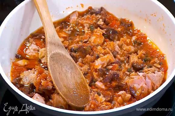 Нарезанные оливки, каперсы и тунца добавить в соус, все перемешать и еще немного прогреть.