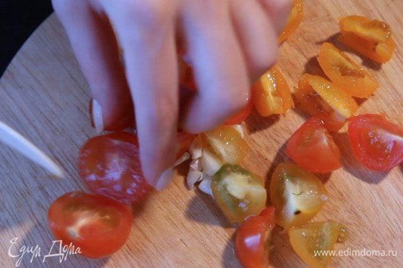 Затем помидоры и чеснок.
