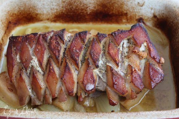 Духовку разогреть до 220-230°C. Тушить в духовке 15-20 мин, затем уменьшить температуру до 170-180°C и тушить еще 1,5-2 часа, до выделения светлого сока. Через каждые 20-25 минут поливать мясо образовавшимся соком. За 15 минут до готовности вытащить мясо, перевернуть шкурой вверх, увеличить температуру до 230°C и запечь до корочки.