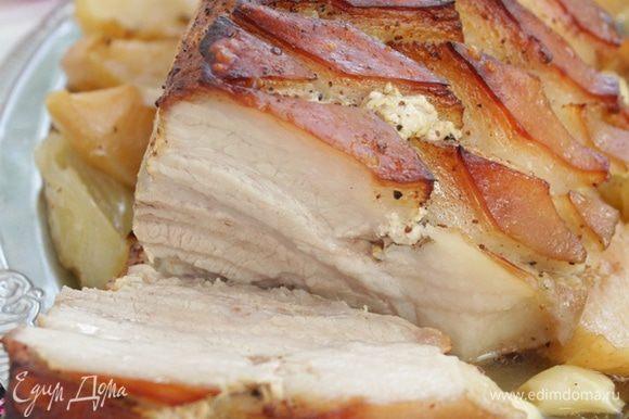 Мясо нарезать и подавать со свежими овощами .