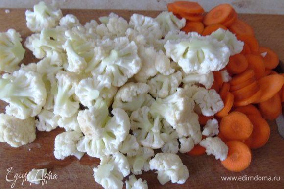 Капусту разобрать на соцветия, морковь очистить и тонко нарезать колечками, чеснок если крупный то разрезать на 4 части, если мелкий то на 2.