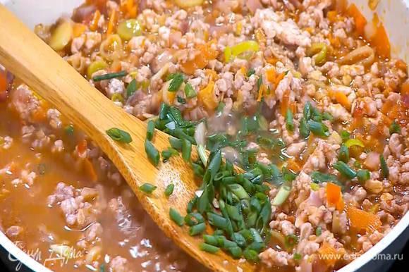Зеленый лук мелко порезать, добавить к фаршу с овощами и посолить, затем влить вустерширский соус, все поперчить и дать выпариться лишней жидкости.