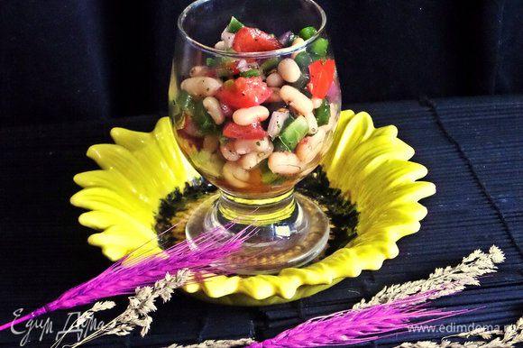 На праздник красиво сальса будет смотреться в бокале. Удобно разложить и поставить в холодильник до торжества на пару часов, пропитается и станет только вкуснее!