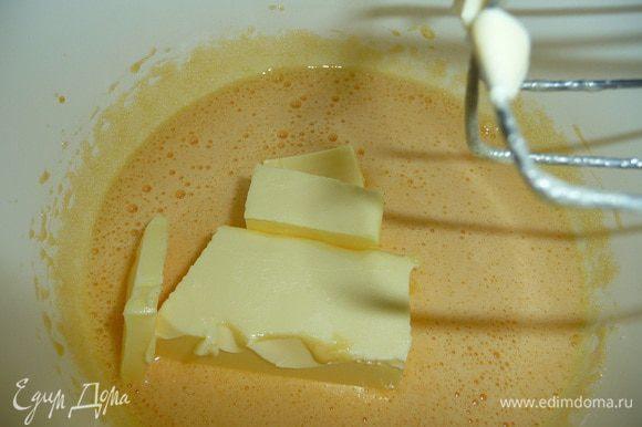 Яйца взбить с сахаром, ванильным сахаром, добавить мягкое сливочное масло.
