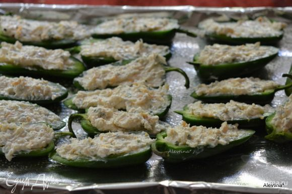 Противень застелить фольгой для выпечки, смазать маслом. Заполнить каждую половинку сырной смесью. Выкладывать на противень. Посыпать сверху японской крошкой панко или используем крошку сухариков, крекеров. Сбрызнуть сверху растопленным маслом или масляным спреем. Поставить в разогретую духовку на 25-30 минут до золотистого цвета.