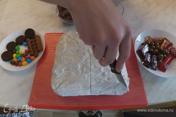 С помощью ножа размечаем 8 равных частей.