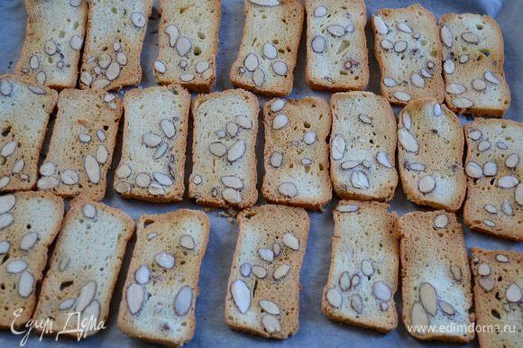 Выложить нарезанные ломтики на противень, застеленный пекарской бумагой и выпекать в разогретой до 150°C духовке (в режиме конвекции) до состояния, когда края печенья начнут приобретать золотистый цвет. Слетите по своей духовке! Может потребоваться 7-9 минут.