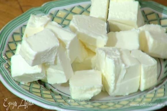 Нарезать 125 г предварительно охлажденного сливочного масла небольшими кубиками.