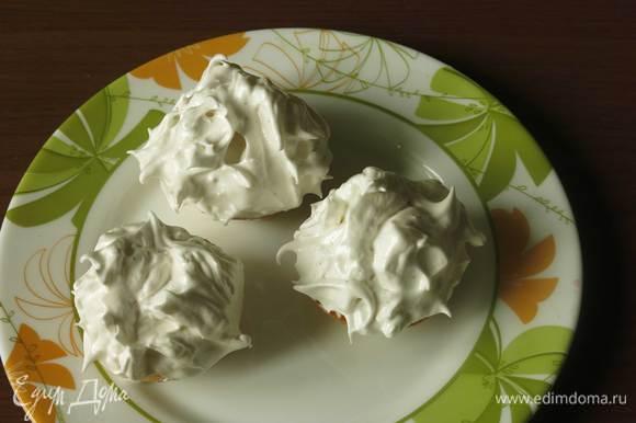 На мороженое — шапку безе, удобно выкладывать маленькой вилкой, формируя пики.