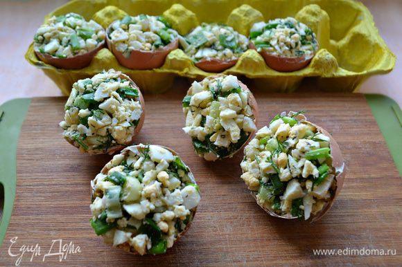 Наполните половинки скорлупы яичной смесью, слегка уплотняя. Обильно смажьте взбитым яйцом (1 сырое яйцо оставленное для смазывания). Обжаривайте фаршированные яйца срезом на растительном масле (по желанию — на сливочном) 2-3 минуты до золотистой корочки.