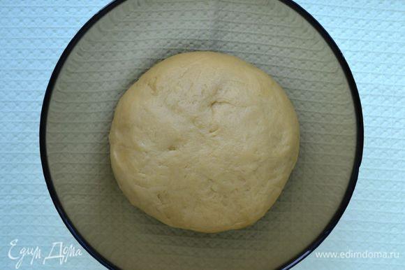 Тесто для пирога я делала в хлебопечке, загрузив сразу все ингредиенты. Если замешиваете вручную, то порубите муку со сливочным маслом в мелкую крошку, добавьте сметану и соду. Замесите руками эластичное, не тугое тесто. Муки может понадобиться чуть больше. Отправьте тесто в морозильную камеру минут на 20.