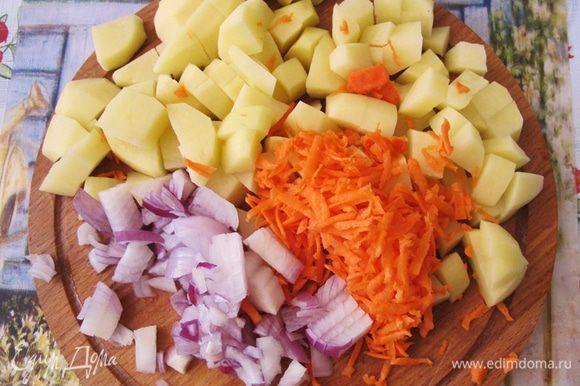 Овощи чистим и нарезаем кубиками. Недавно я узнала очень интересные сведения о том, как правильно чистить овощи. Оказывается в кожуре картофеля содержатся вещества, способствующие естественному похуданию, а также, столь нужный сердцу, калий. А в кожуре моркови вещества, предотвращающие опухоли. Поэтому, если картофель у вас молодой, просто хорошо помойте его и режьте вместе с кожурой. Морковь я мою с металлической мочалкой, что позволяет хорошо промыть ее, не срезая кожуру.