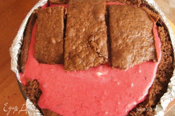 Нам понадобится форма или тарелка с глубоким дном. У меня салатник высотой 11х19 см в диаметре. Выкладываем форму фольгой. Разместить крупные куски бисквита плотно друг к другу. Выливаем мусс. Сверху — оставшиеся кусочки бисквита. Убрать торт в холодильник на ночь.