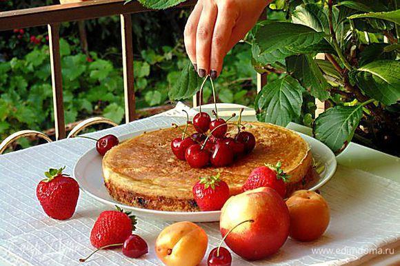 Выпекать пирог в заранее разогретой духовке при температуре 180°C 1 час. Яйцо взбить с водой, через полчаса запекания ватрушку достать, смазать верх яйцом и продолжить запекание. Приятного аппетита!