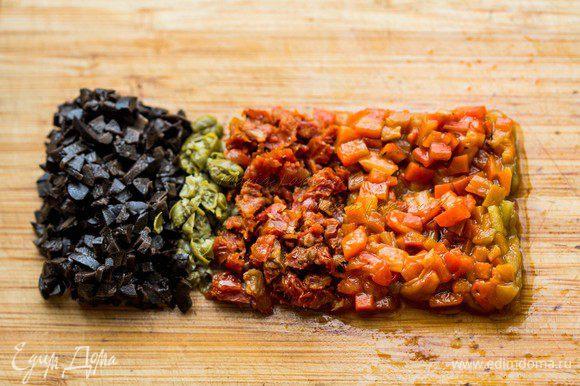 Мелко порубить оливки, вяленые томаты, перец и каперсы.