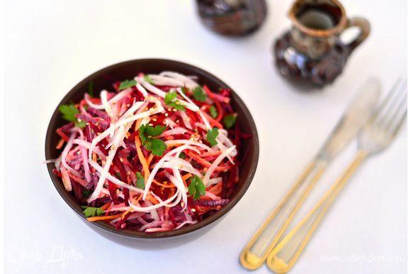 Ингредиенты сложить в глубокую салатную миску, полить заправкой, посыпать поджаренными на сухой сковороде до золотистого цвета семенами кунжута.