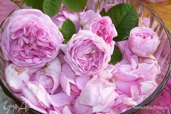 Отделить розовые лепестки от цветка.