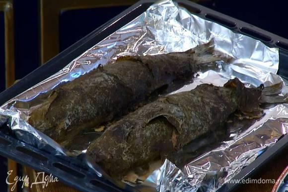 Запекать сибаса в разогретой духовке до готовности, периодически переворачивая.