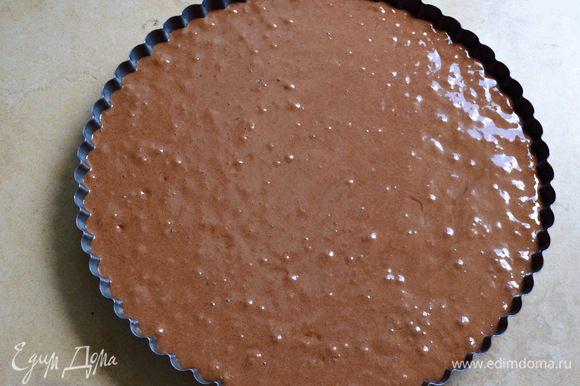 Выложить тесто в форму, разровнять и поставить в разогретую до 160°С духовку на 25-30 минут.