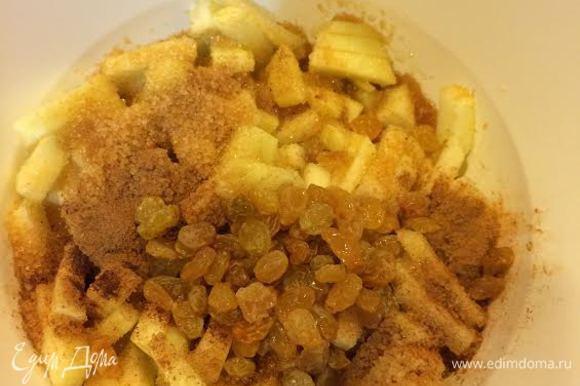 Яблоки очистить и мелко нарезать. В миске смешать яблоки, сахар, корицу, изюм, 2 ст. л. рома.