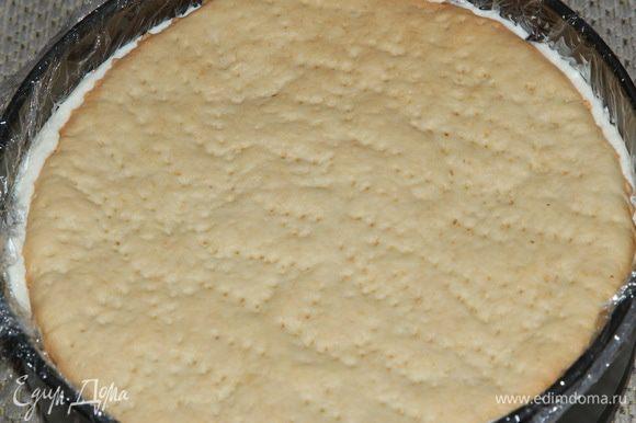 Затем второй корж и еще 1/3 часть крема. Кладем 3 корж и придавливаем так, чтобы крем выступил за края.