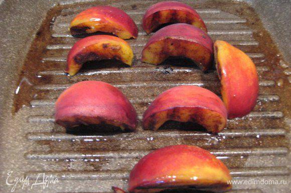 Смазать сливочным маслом сковороду-гриль, поджарить персики срезом вниз. Переложить на тарелку, посыпать корицей.