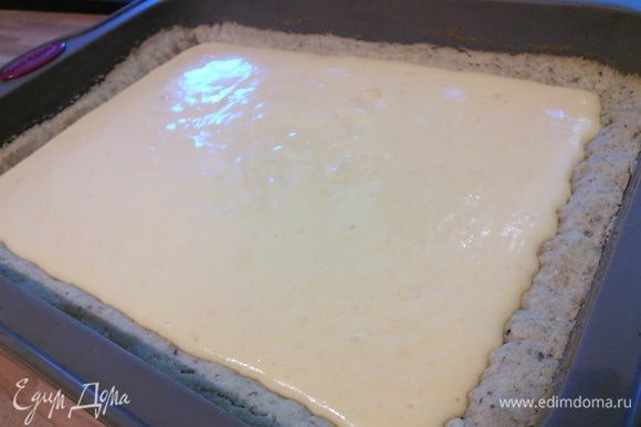 Вынуть форму с тестом из духовки и влить персиковый крем. Снизить температуру до 150°C и продолжить выпечку еще 30 минут.