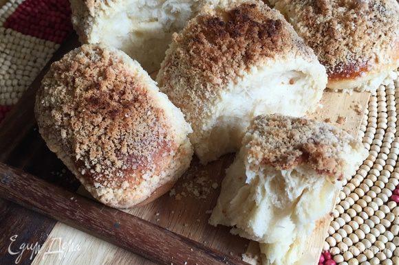 И вот они, готовые вкуснючие мягкие и пушистые булочки! Те, которые с кремом поднялись меньше, но они же с кремом — им все можно;) ммм!!!