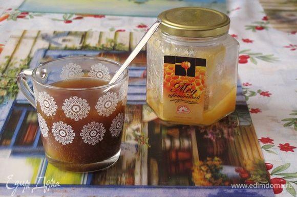 Квас слегка нагреть и размешать в нем мед. Вылить в миску.
