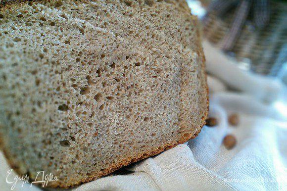 Духовку разогреть до 250°С. Поместить мисочку с горячей водой на нижний ярус духовки. Когда хлеб будет в духовке, снизить температуру до 220°С и выпекать приблизительно 55 минут. Из-за толстых стенок казанка время выпечки у меня продлилось. Проверяйте готовность на сухую палочку. Охладить хлеб на решетке.