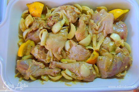Выкладываем в форму для запекания. Если у вас колбаски сырые, то на этом этапе добавляем их к курице, выкладываем между кусочками. Отправляем в разогретую до 220°С духовку на 1 час 15 минут.