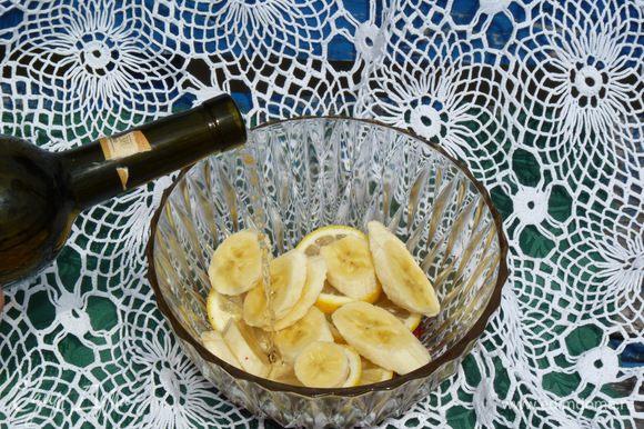 Доливаем вино. Накрываем пленкой и ставим в холодильник на 1 час. Можно и дольше. Чем дольше настаивается, тем ярче вкус и аромат.