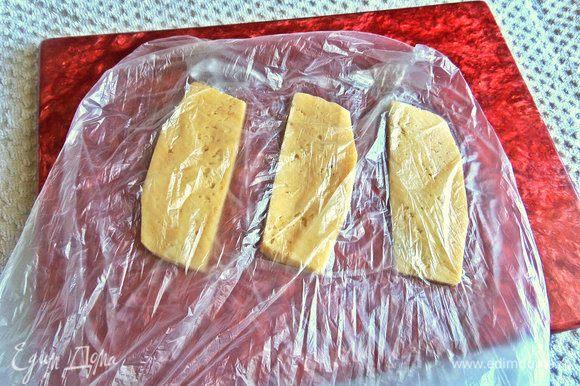 Накрыть пленкой сыр.