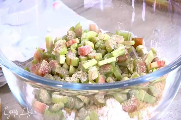 Муку соединить с сахаром, разрыхлителем, молотым имбирем и солью, добавить ревень и все перемешать.