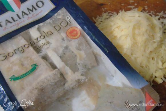 Добавляем натертый пармезан (или другой сыр) и горгонзолу.