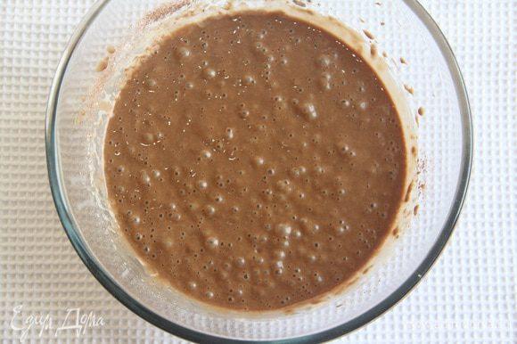 Соединить сухую смесь с влажными ингредиентами.